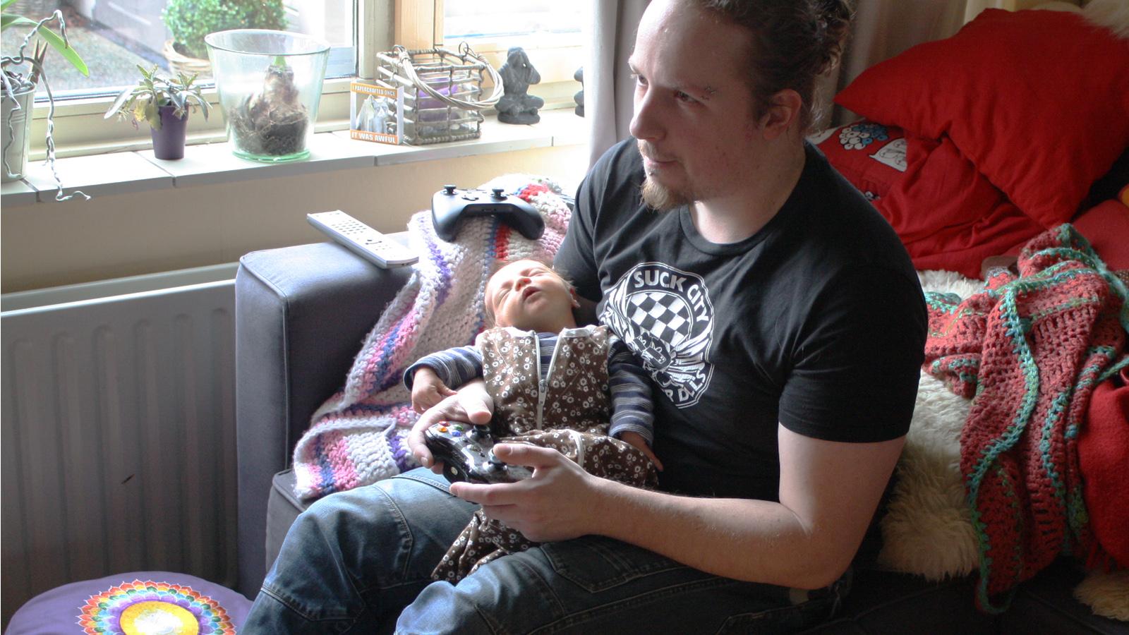 retrogamepapa met baby wolf in de armen binnen gamen