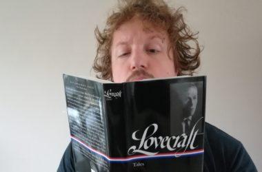 retrogamepapa leest een boek van howard phillips
