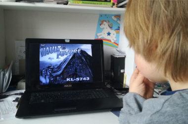 zoontje speelt fallout op laptop pc