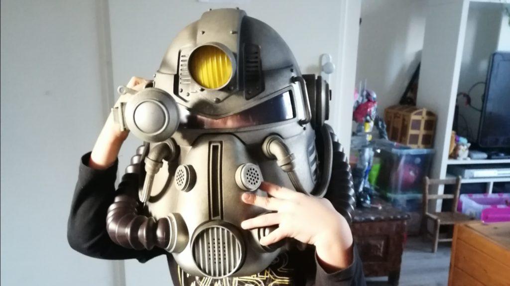 zoontje met fallout helm op