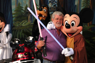 open source foto george lucas met mickey mouse en lightsabers