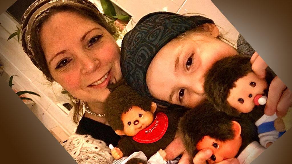 vintagemama met zoontje en monchhichi