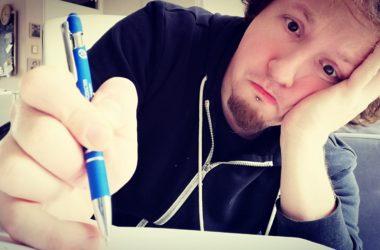 retrogamepapa met pen in hand zielig kijken