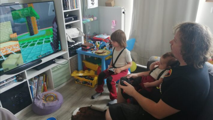 Retrogamepapa speelt minecraft met zijn zonen