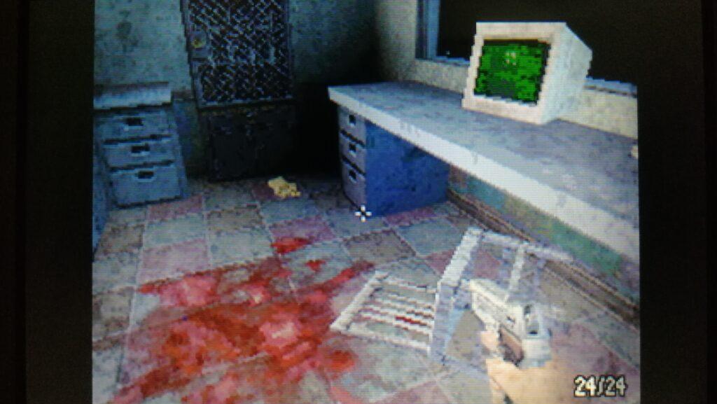 dementium screenshot donkere ruimte met bloed en pc